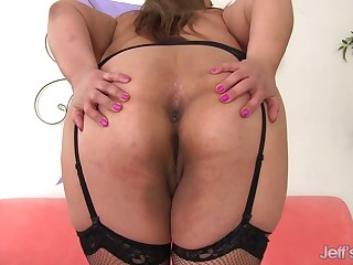 Plumper Miss LingLing Plays with Herself